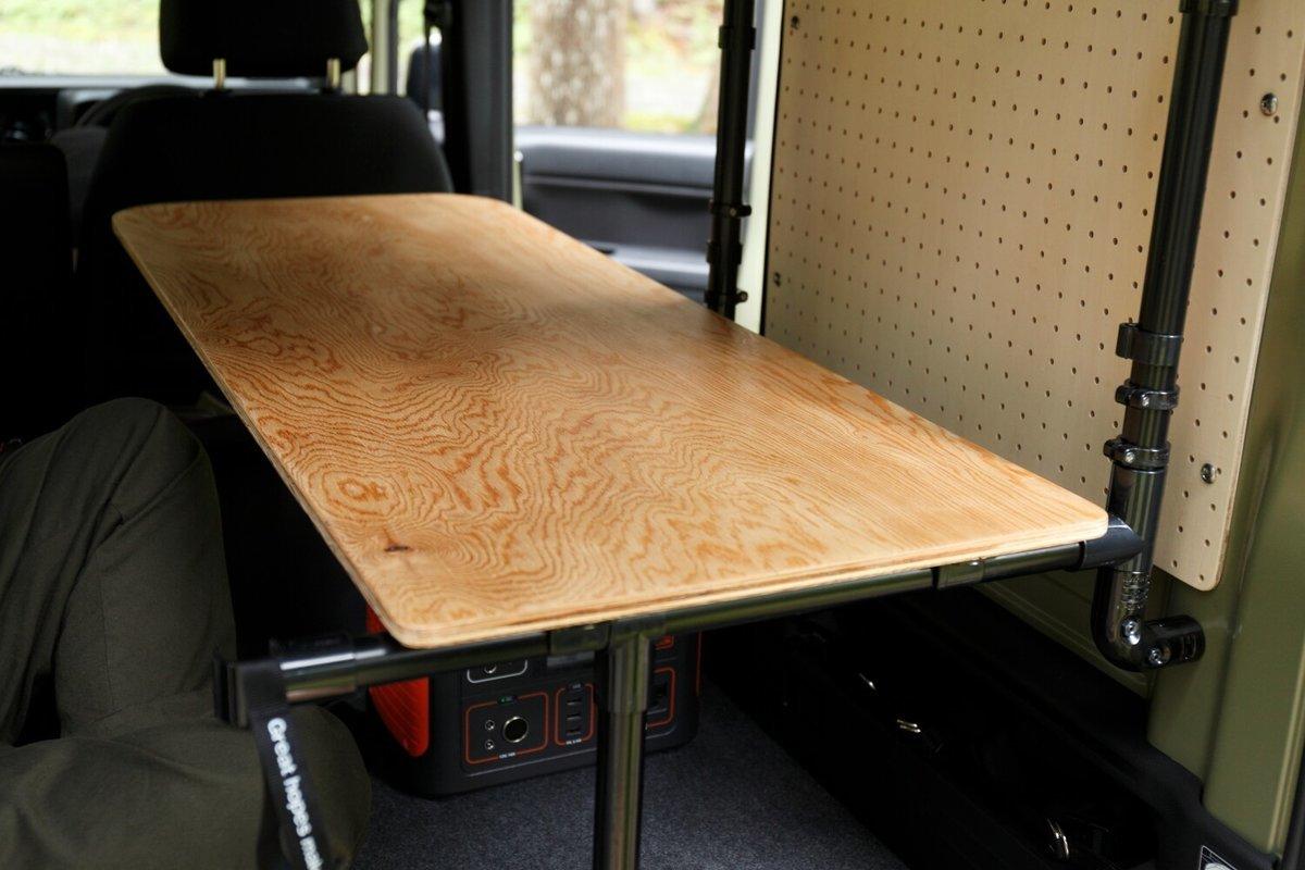 N-VANの車内に設置した木のテーブル。N-VAN車中泊キャンプ、改造カスタム