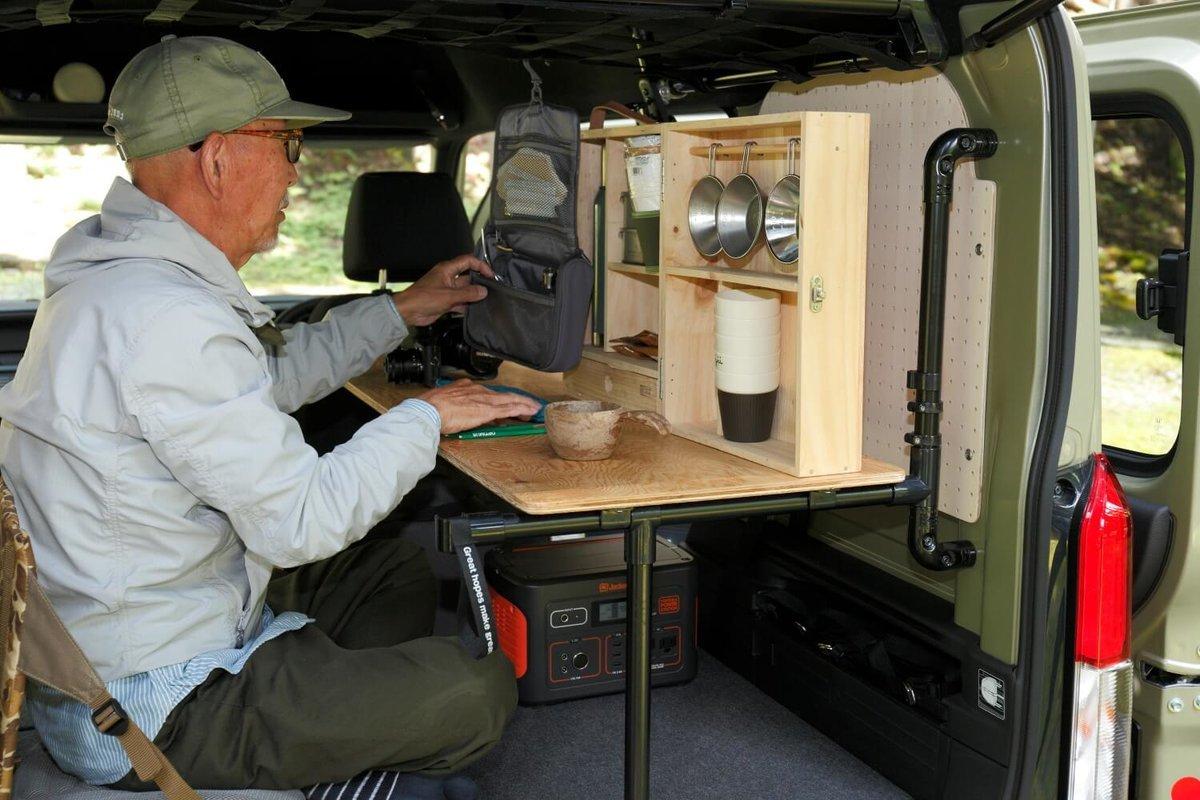 テーブルにキャンプボックスを置いて。N-VAN車中泊キャンプ、改造カスタム
