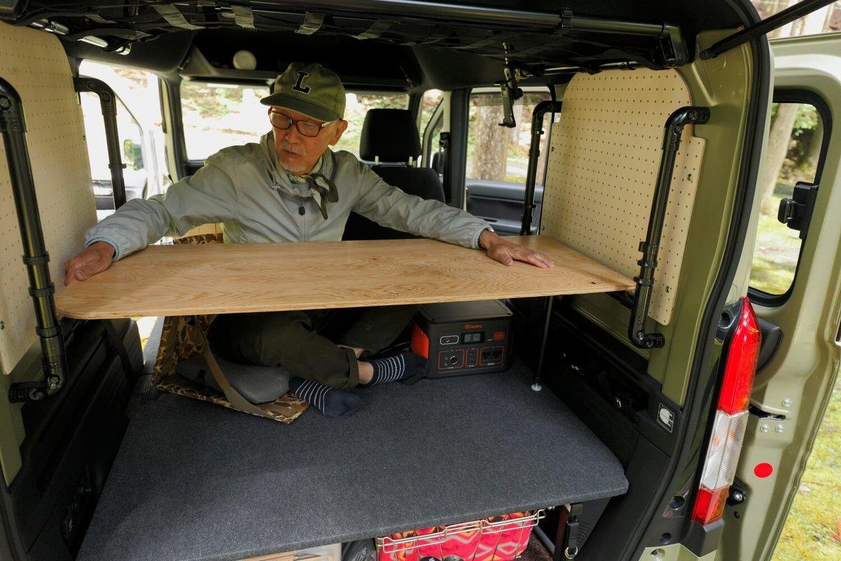 テーブルの設置場所を変えている。N-VAN車中泊キャンプ、改造カスタム
