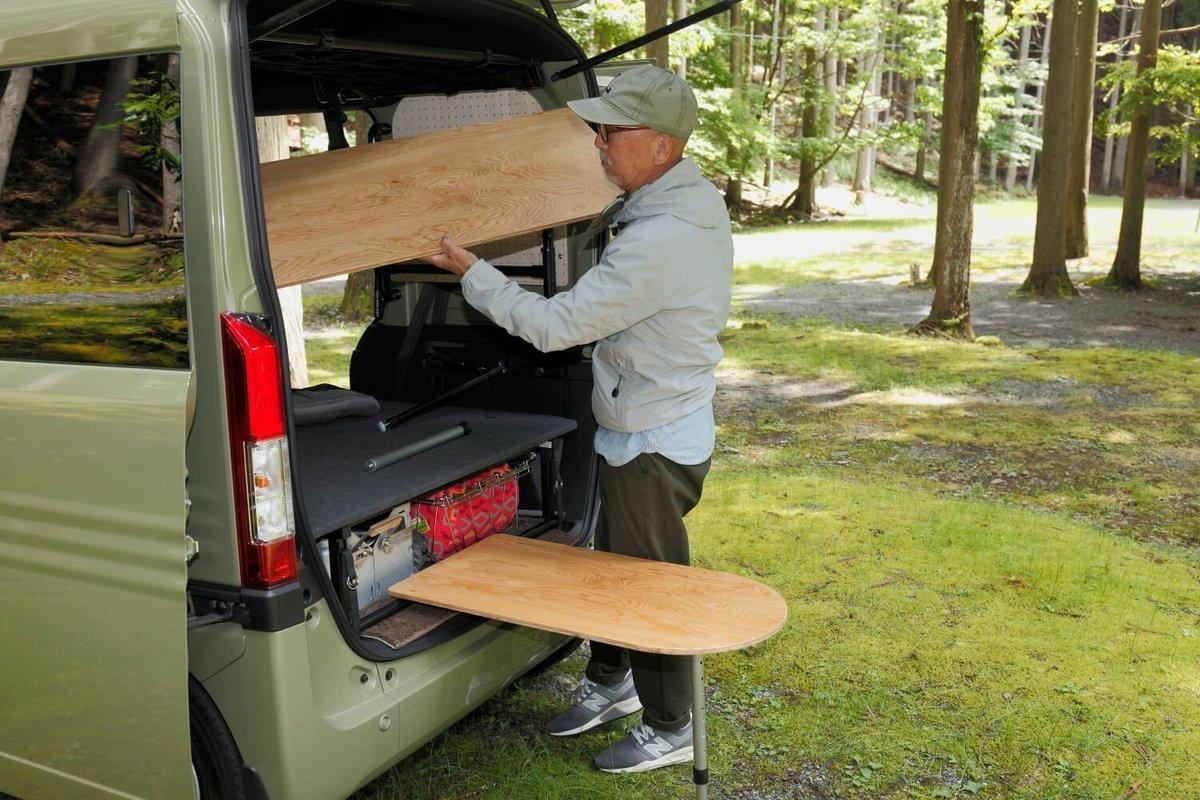木のテーブルを2つ設置しているところ。N-VAN車中泊キャンプ、改造カスタム