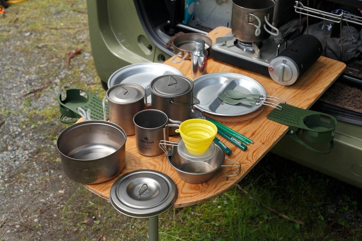 テーブルの上に食器や調理道具が並ぶ