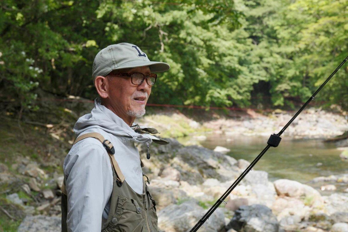 川で釣りをするユーチューバーのウィンピー・ジジイさん