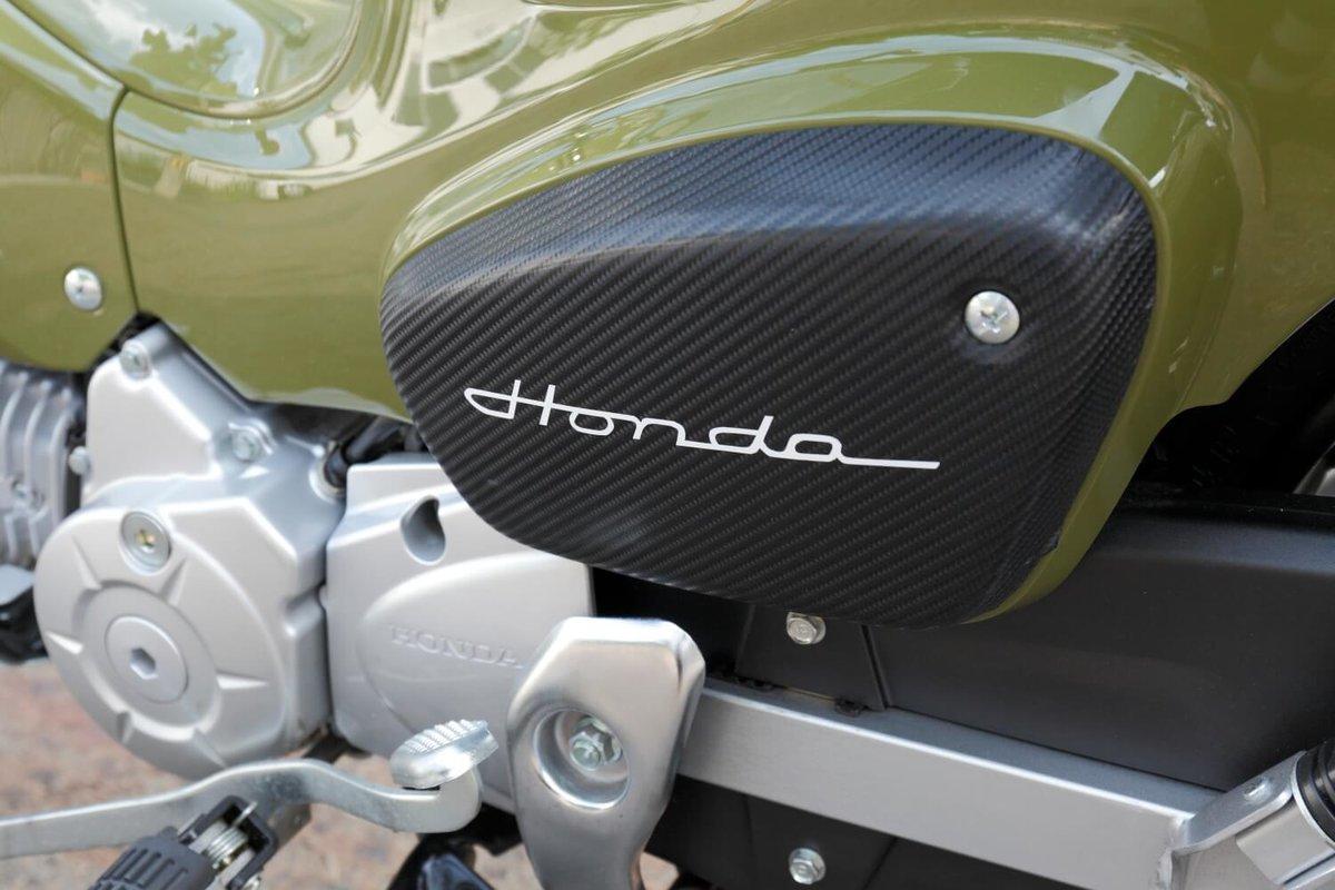 クロスカブをDIYカスタム改造。サイドカバーのHondaのロゴはS800(エスハチ)のもの