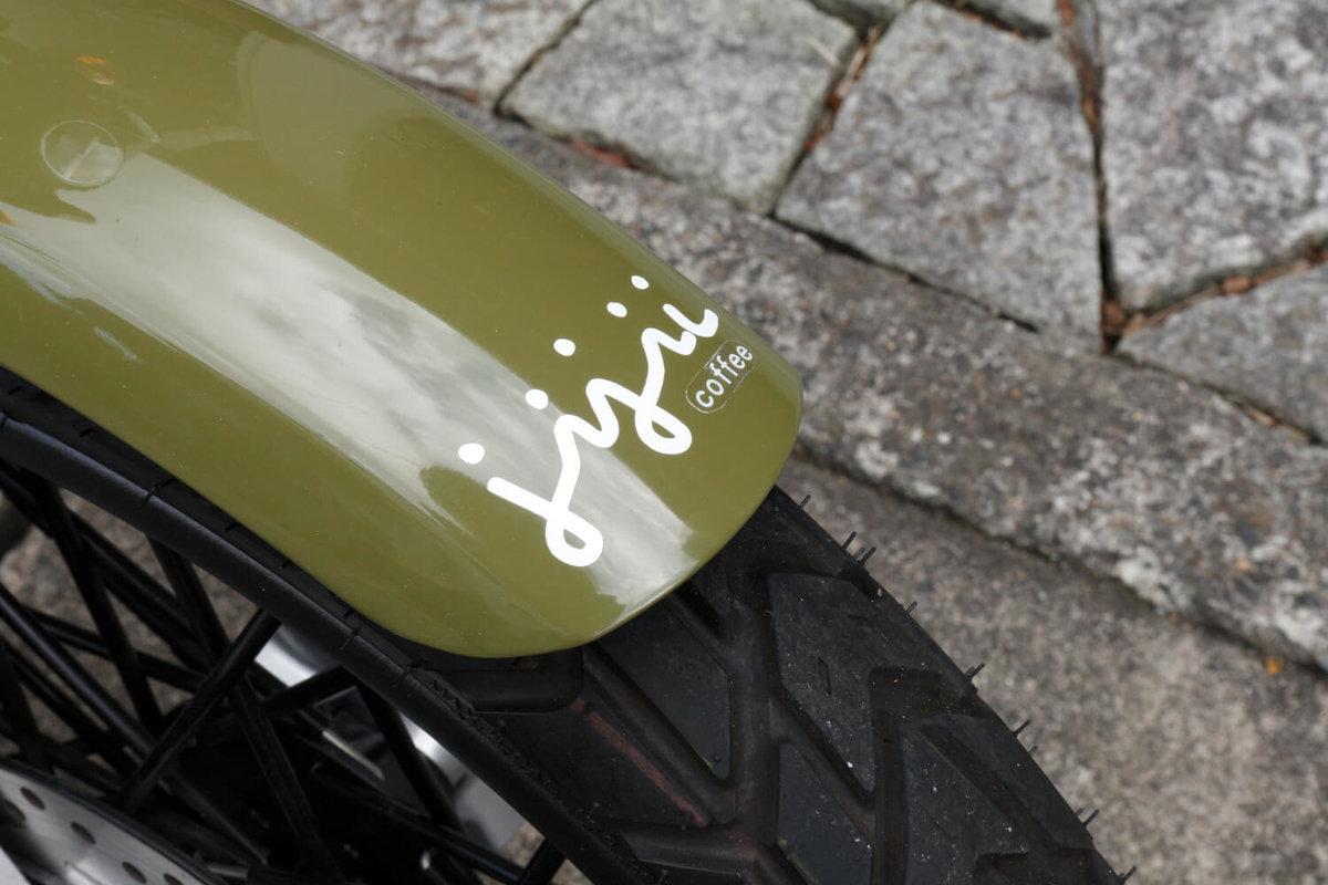 クロスカブをDIYカスタム改造。フロントフェンダーには「jijii」のロゴステッカーが貼ってある