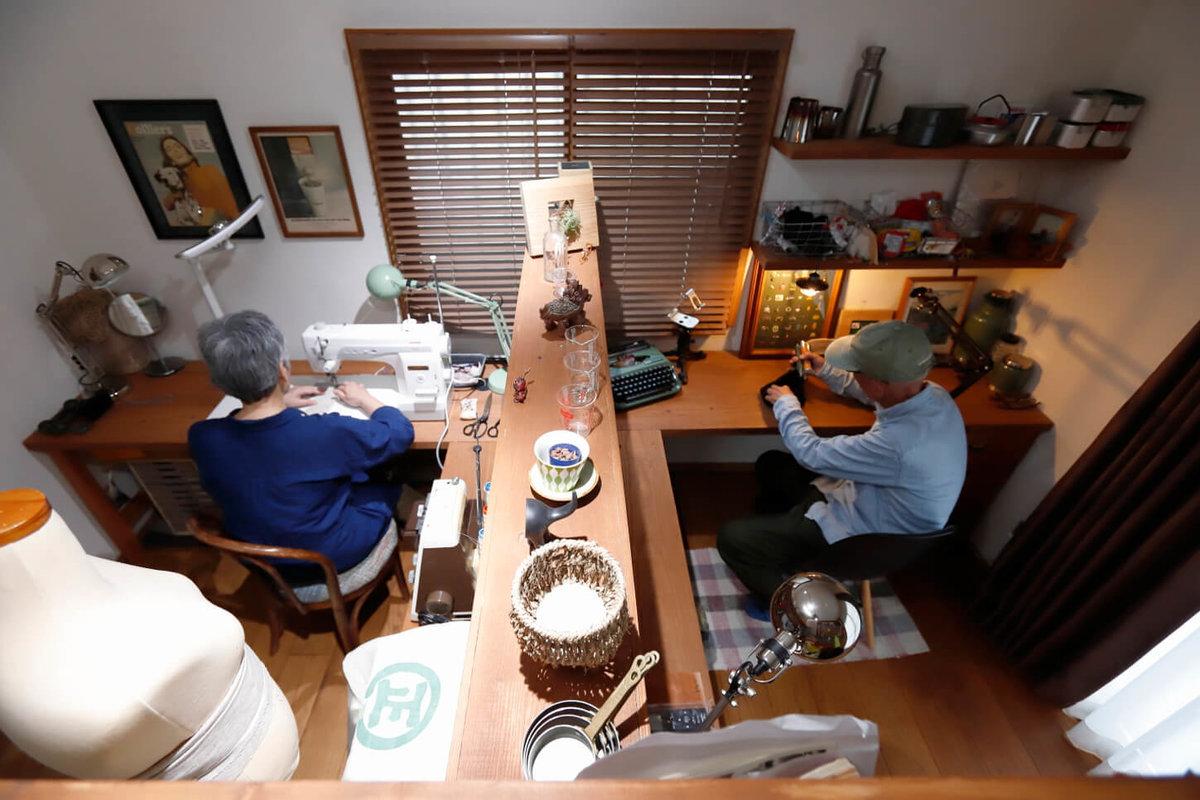パーテーションを挟んで、左が奥さんの裁縫部屋で、右がウィンピージジイさんの作業部屋