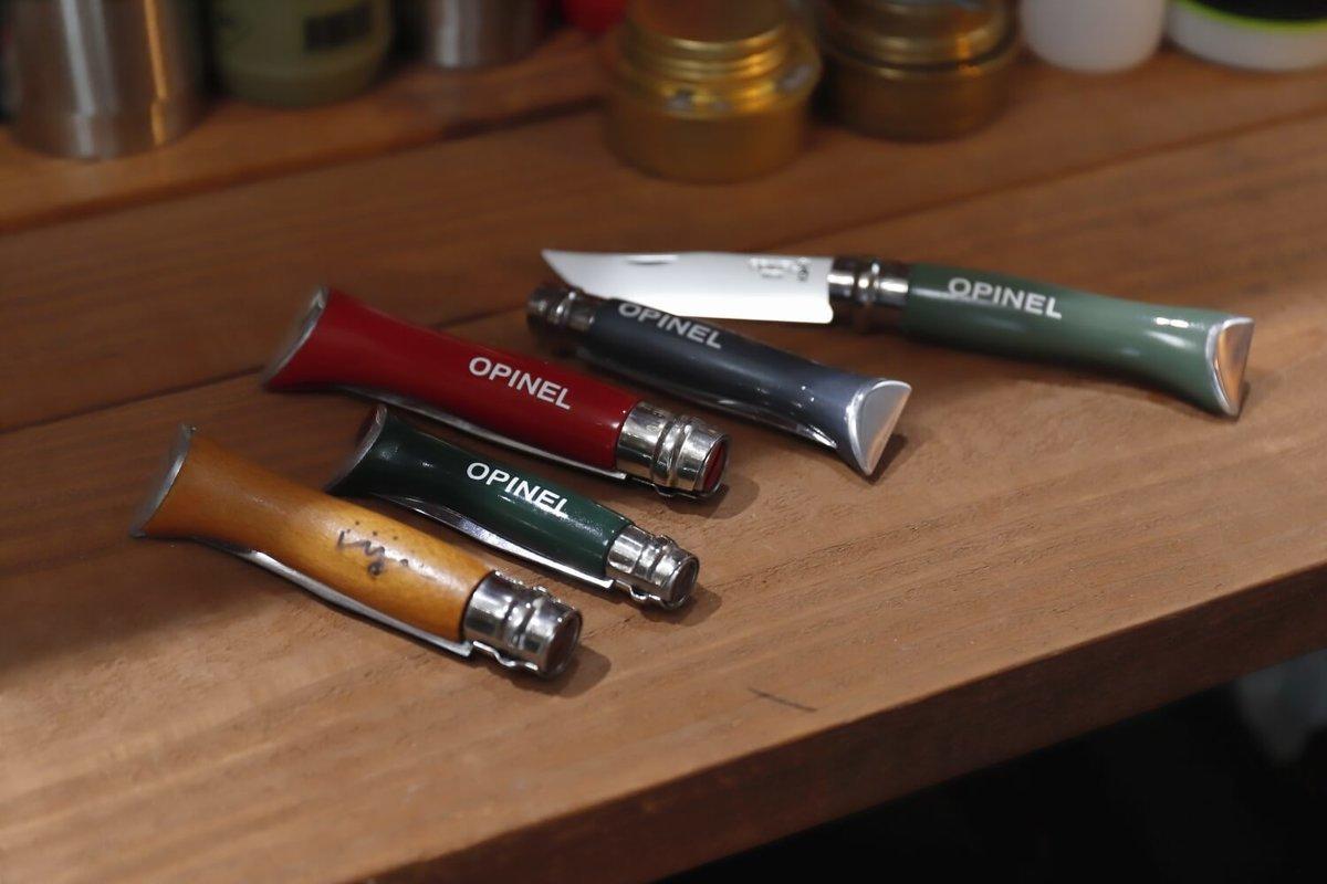 オピネルのナイフが何本も並ぶ
