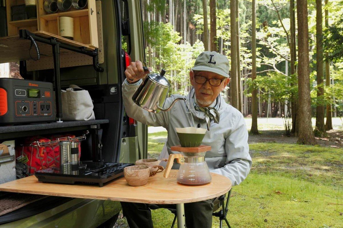 キャンプ場でコーヒーを入れるウィンピージジイさん