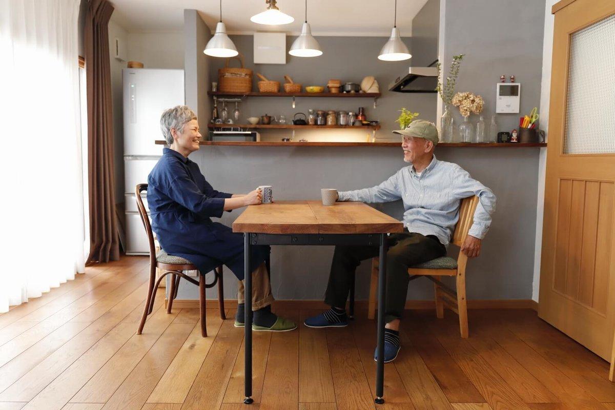 ダイニングのテーブルで笑顔のウィンピージジイさんと奥様