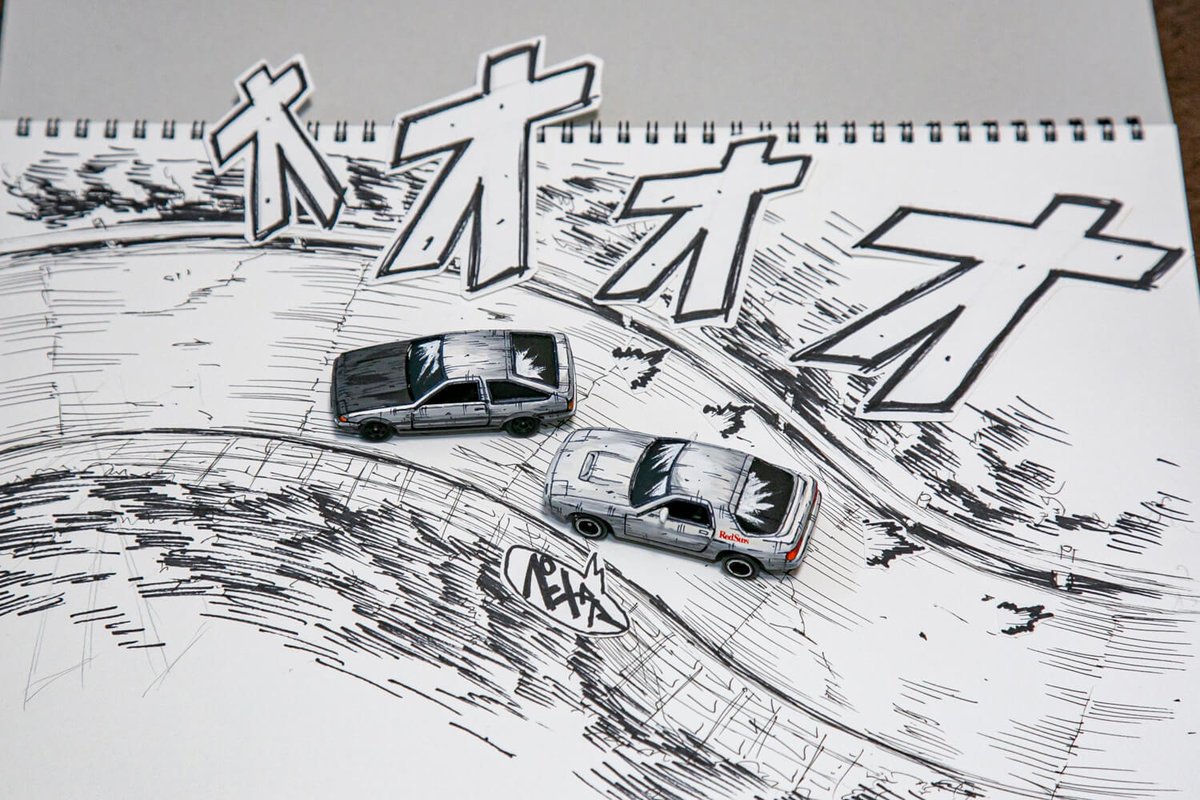 マンガ風塗装ミニカーが本当に走っているかに見えるよう道路の絵を描き効果音をそえている