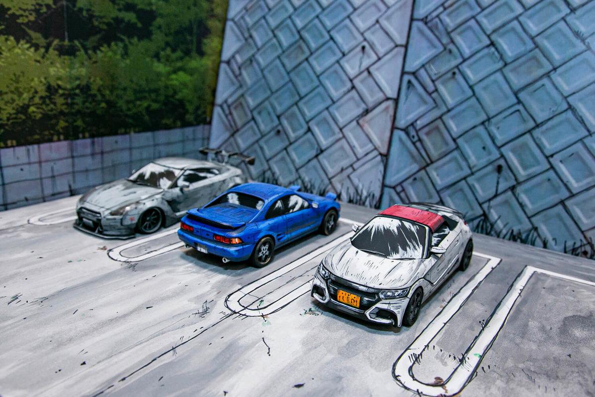 マンガ風塗装カーモデルが駐車場に止まっているジオラマ