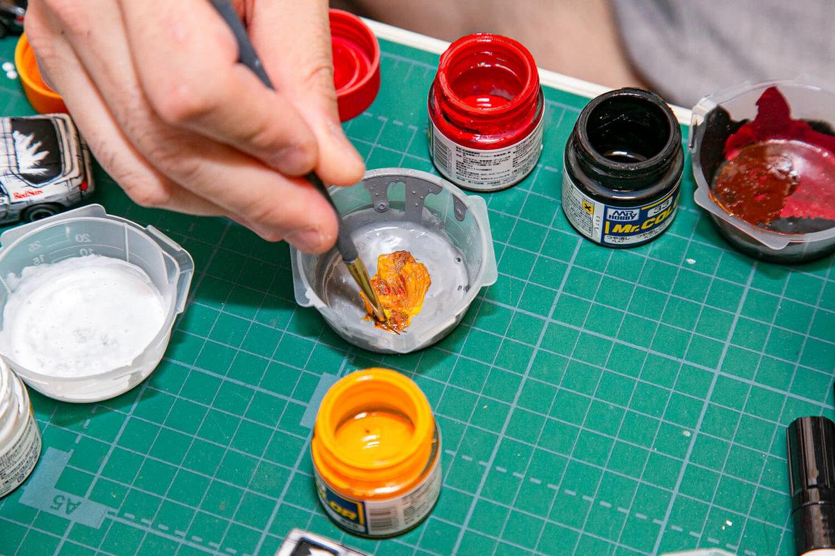 マンガ風塗装のメイキング。塗料を筆で混ぜている