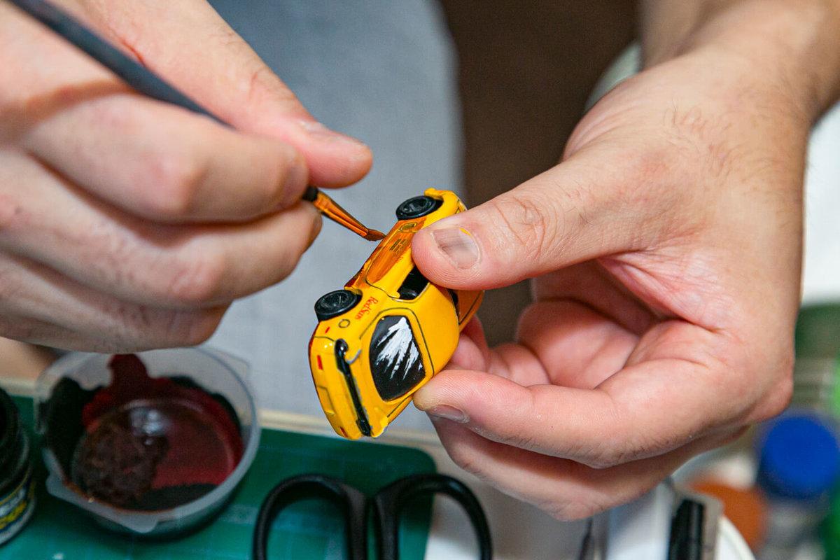 マンガ風塗装のメイキング。ミニカーに塗料を塗っている
