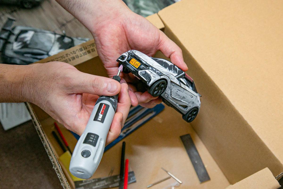 SHINGAさんが自作のカープラモデル「S660 Modulo X」のフロントバンパーを加工しているところ