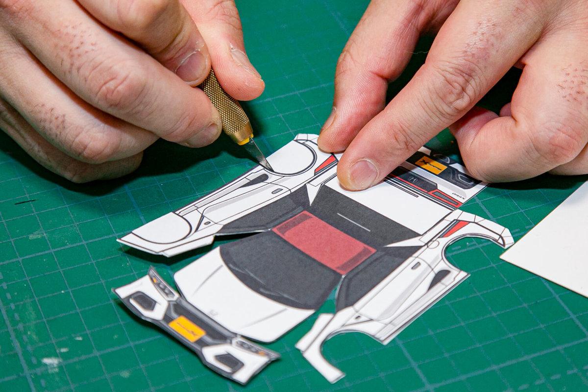 SHINGAさん作のペーパークラフト S660 Modulo Xの作り方を説明。カッターで切っているところ