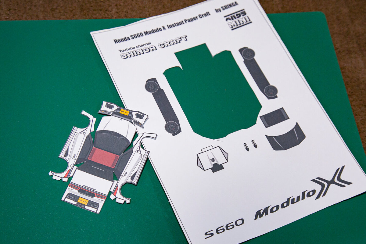 SHINGAさん作のペーパークラフト S660 Modulo Xの作り方を説明。ボディを切り抜いたところ