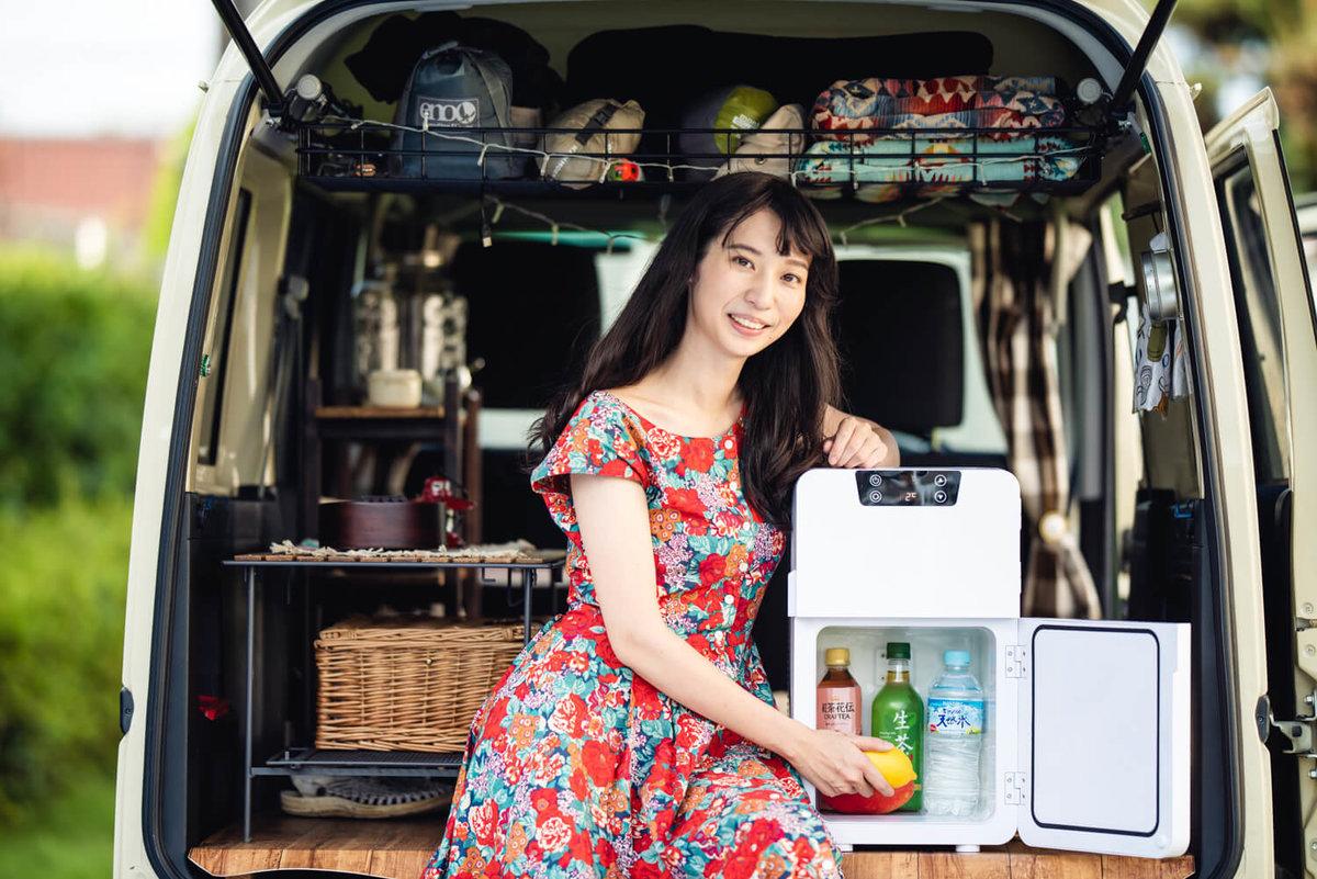 03_ポータブル冷蔵庫(車載冷蔵庫)からレモンをとりだす女子キャンパーの森風美さん
