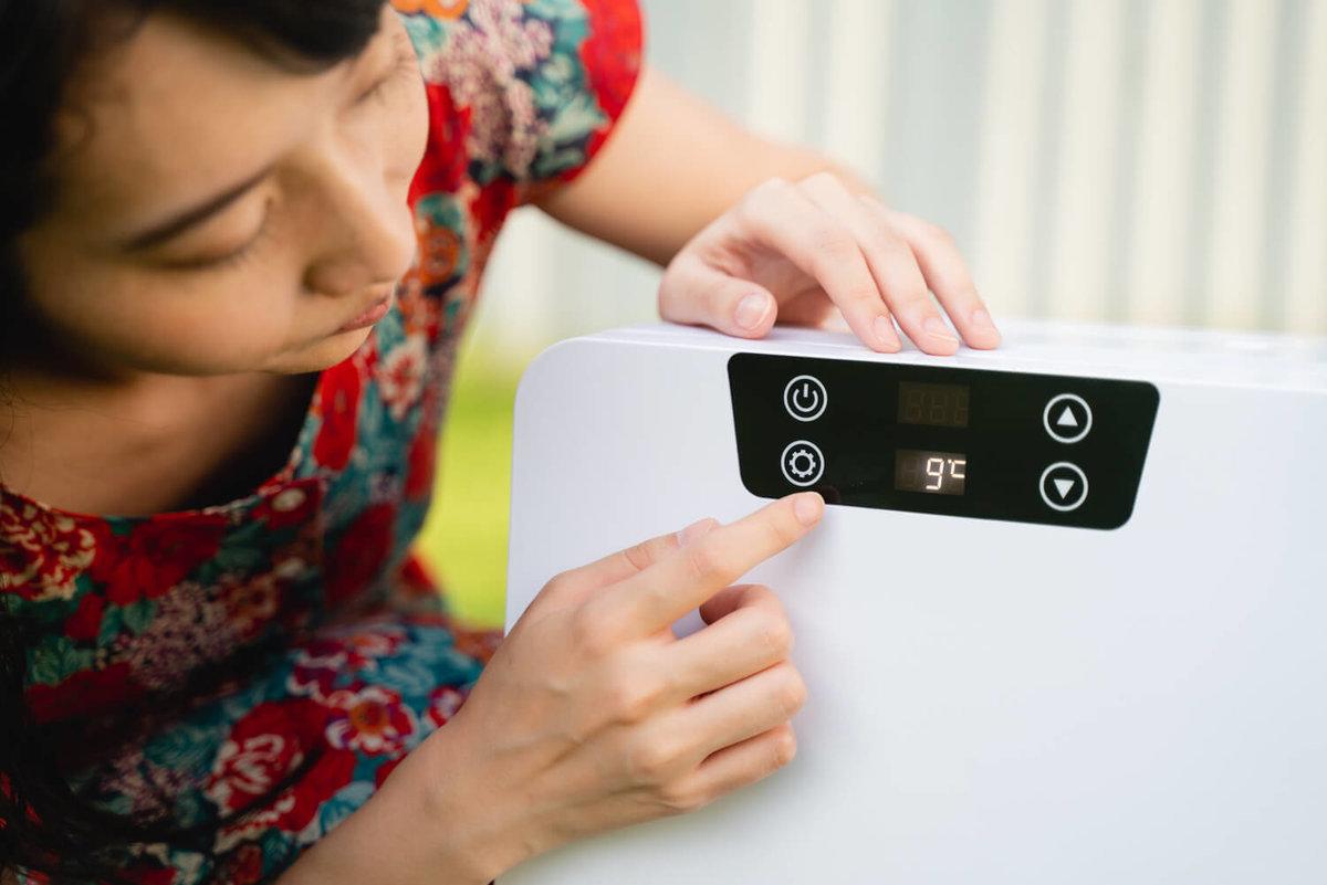 05_ポータブル冷蔵庫(車載冷蔵庫)の温度を変更しているところ