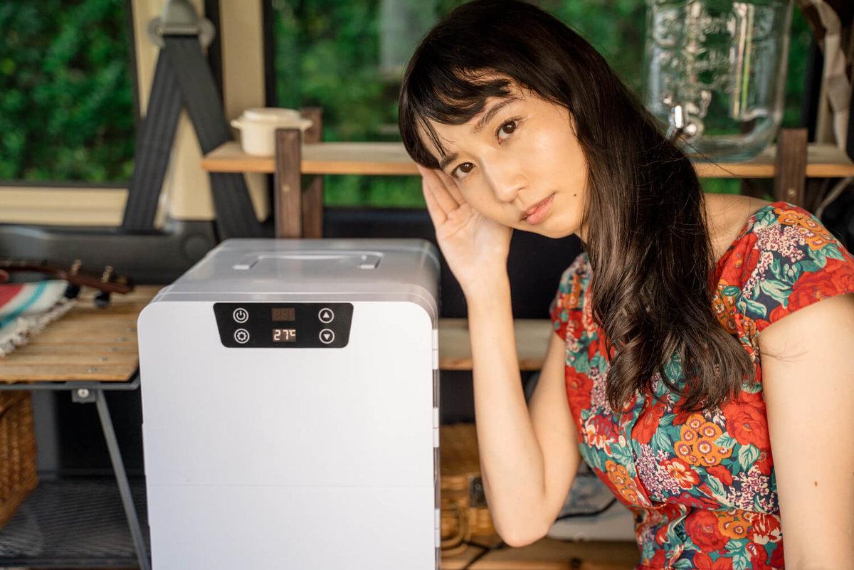 06_ポータブル冷蔵庫(車載冷蔵庫)の音に耳をすましている森風美さん