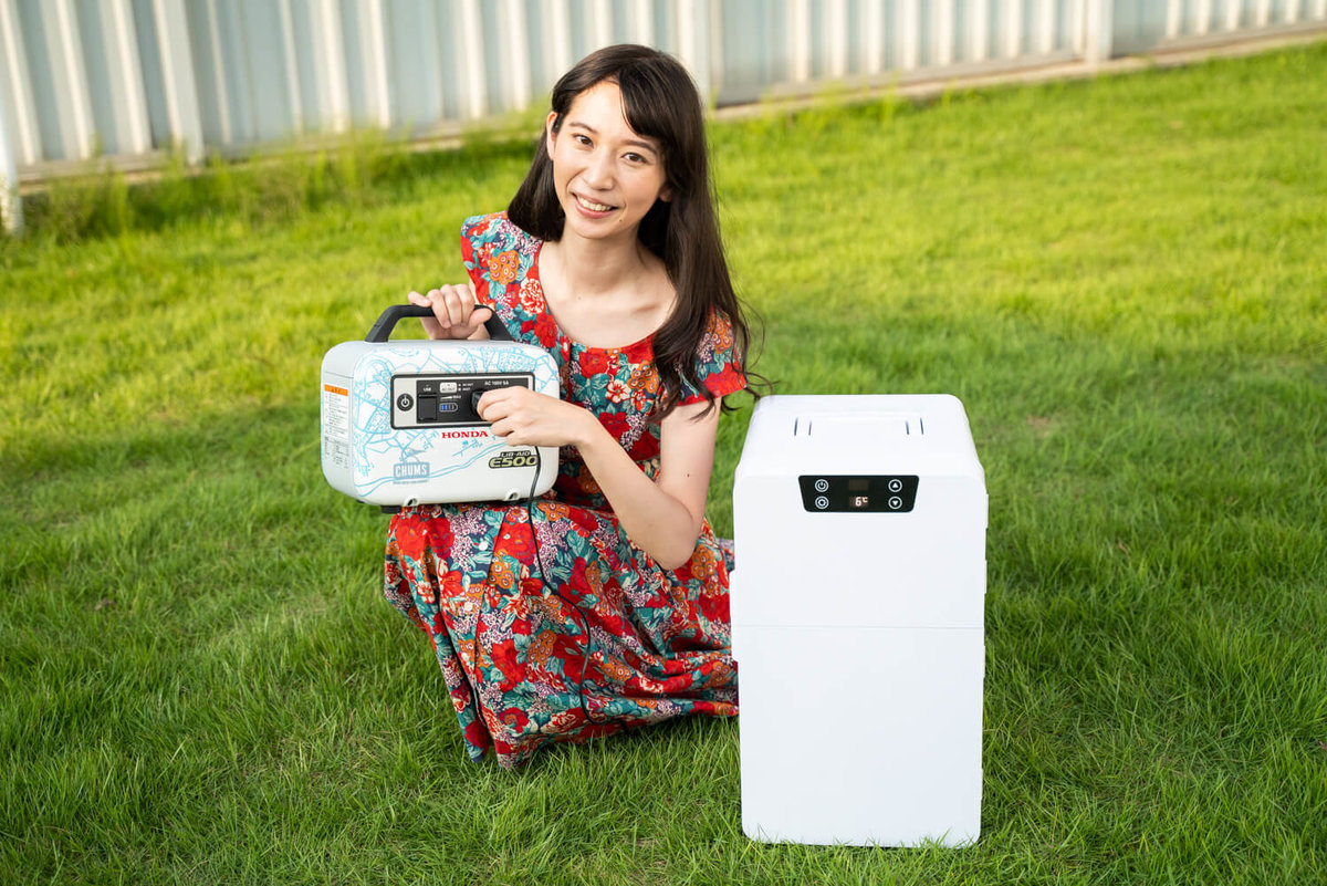 07_ポータブル冷蔵庫(車載冷蔵庫)をポータブル電源につないで充電しているところ