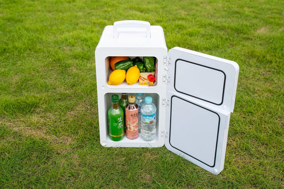 08_2ドアのポータブル冷蔵庫(車載冷蔵庫)の上段に果物や食材、下段に飲み物のペットボトルを入れている
