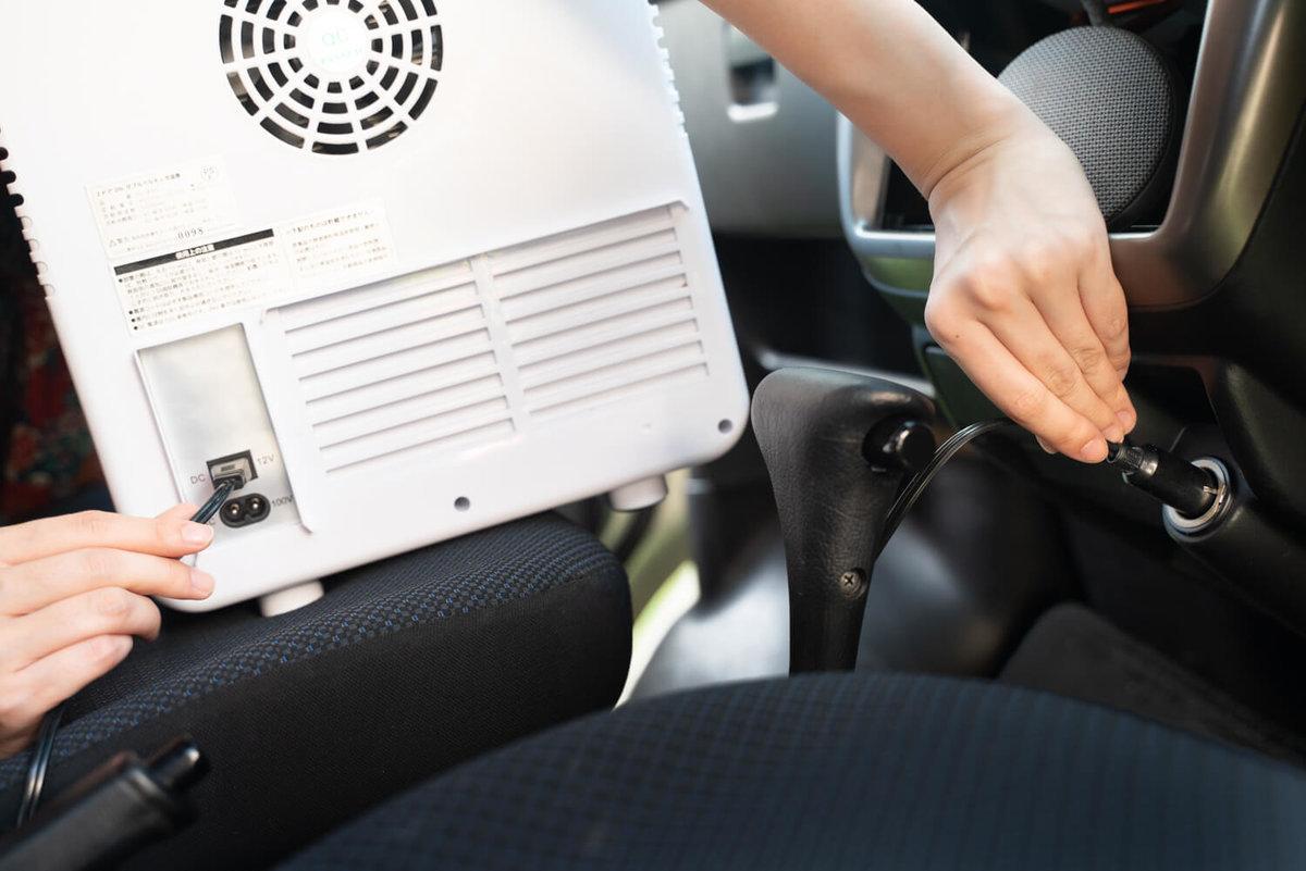 09_ポータブル冷蔵庫(車載冷蔵庫)をシガーソケット(DC)につないで充電しているところ