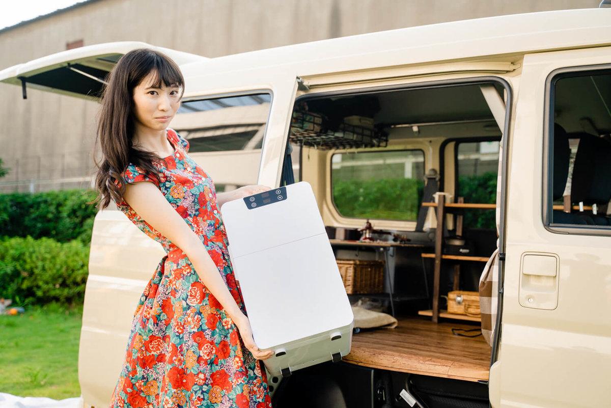 10_ポータブル冷蔵庫(車載冷蔵庫)をクルマに運んでいるところ