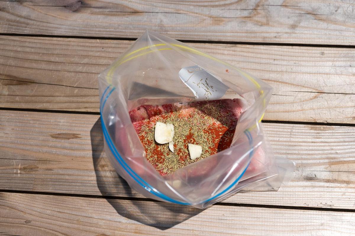 06_車中泊キャンプでバーベキュー。ジップロックにお肉と調味料、ハーブを入れたところ
