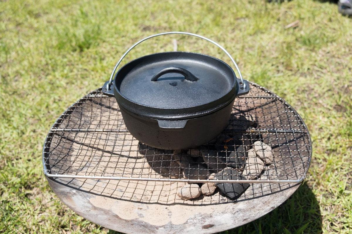 09_車中泊キャンプでバーベキュー。網の上にダッチオーブンを置いたところ