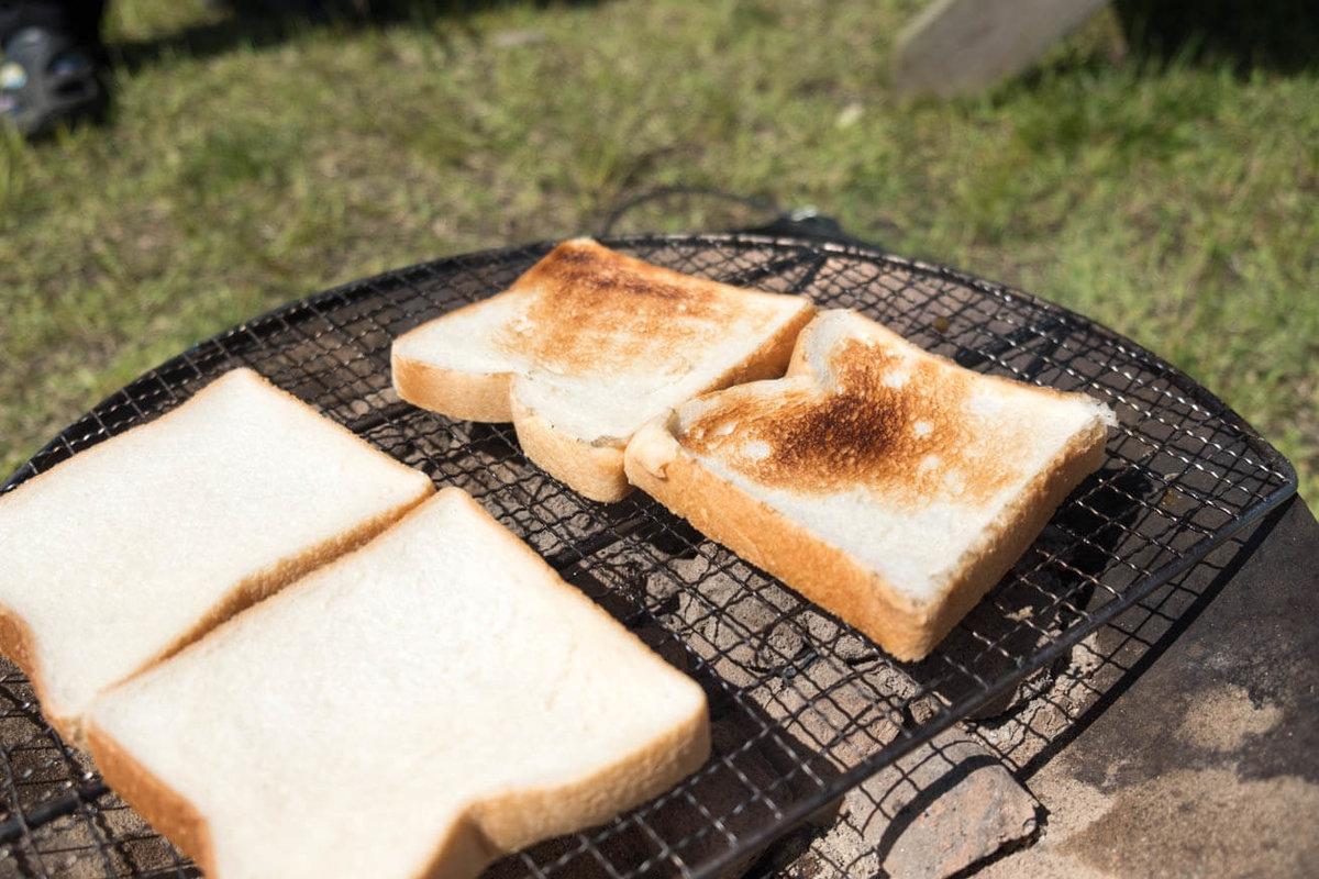 13_車中泊キャンプでバーベキュー。網の上でパンを焼いている