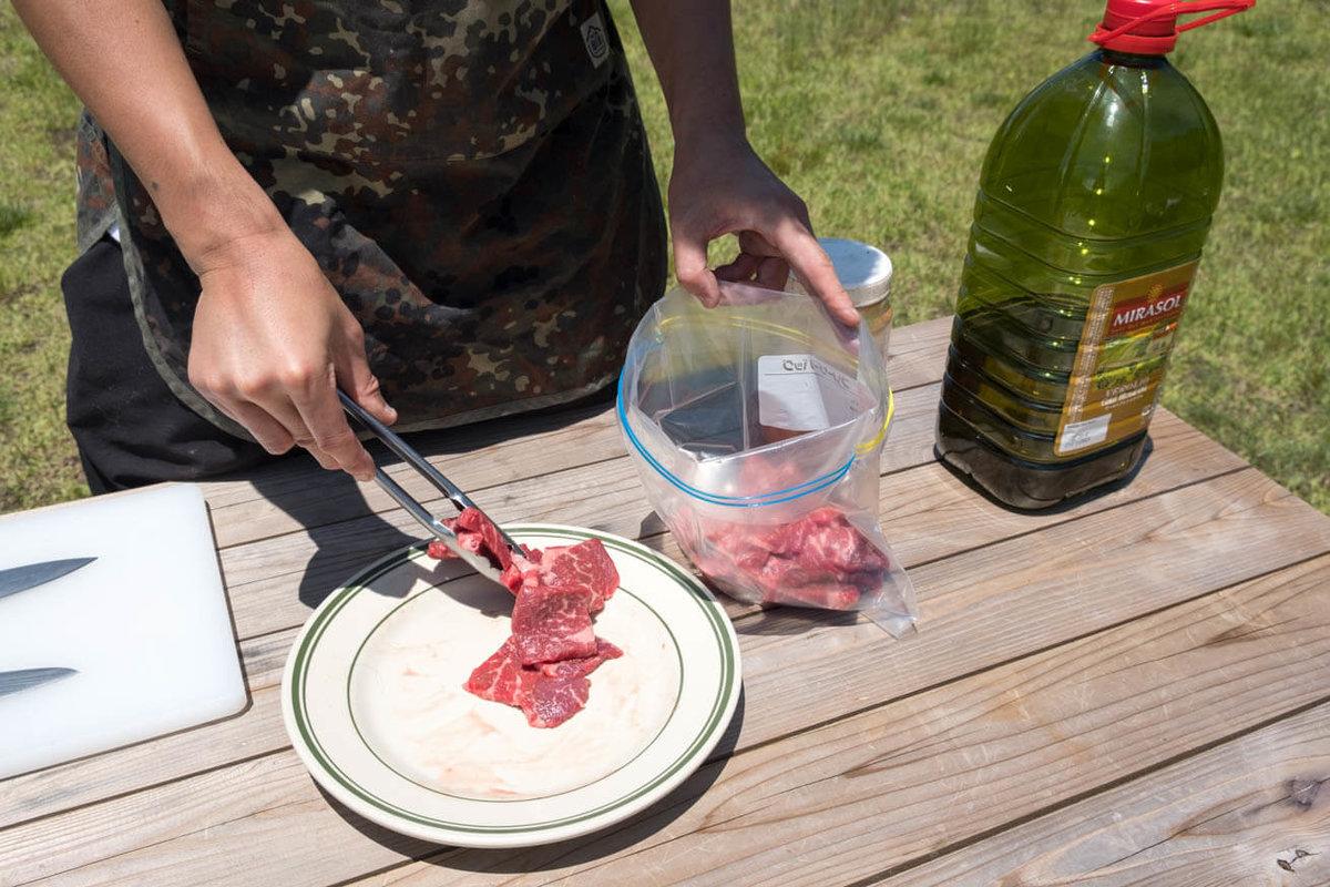 17_車中泊キャンプでバーベキュー。ジップロックの中に牛肉を入れている