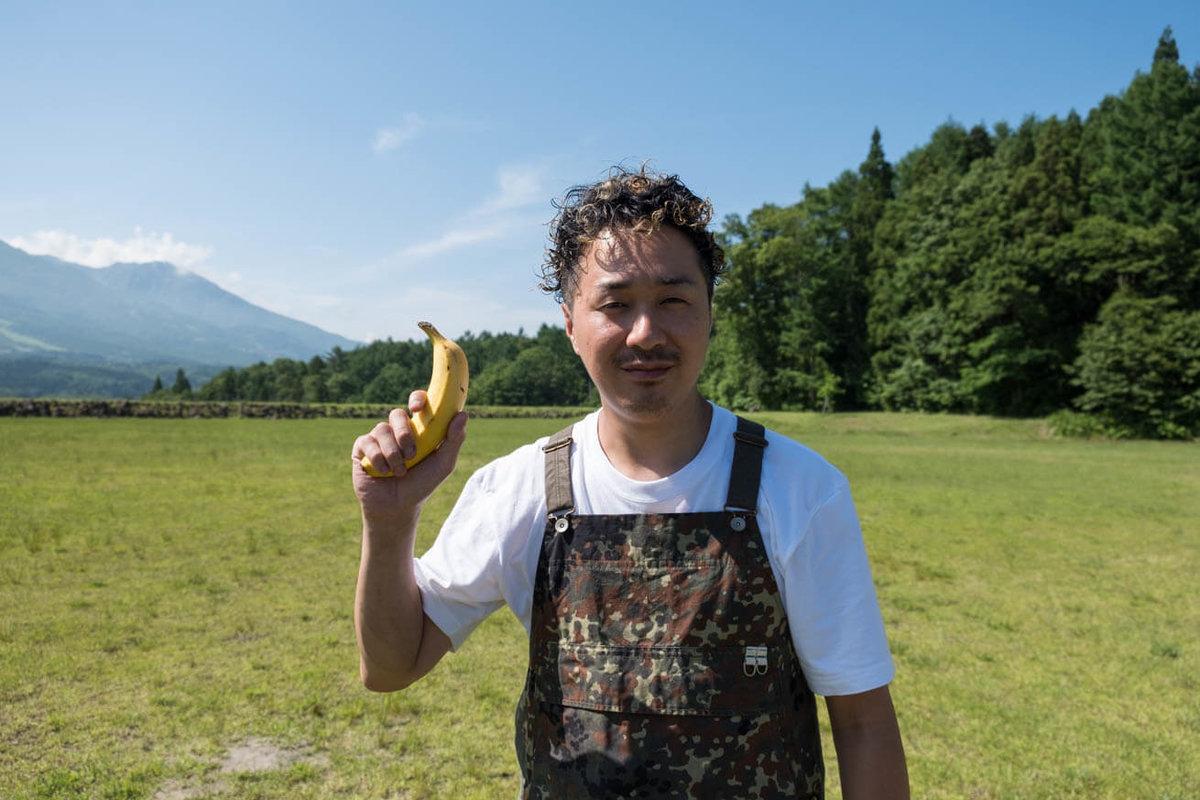 43_車中泊キャンプでバーベキュー。バナナを手に持つマメさん