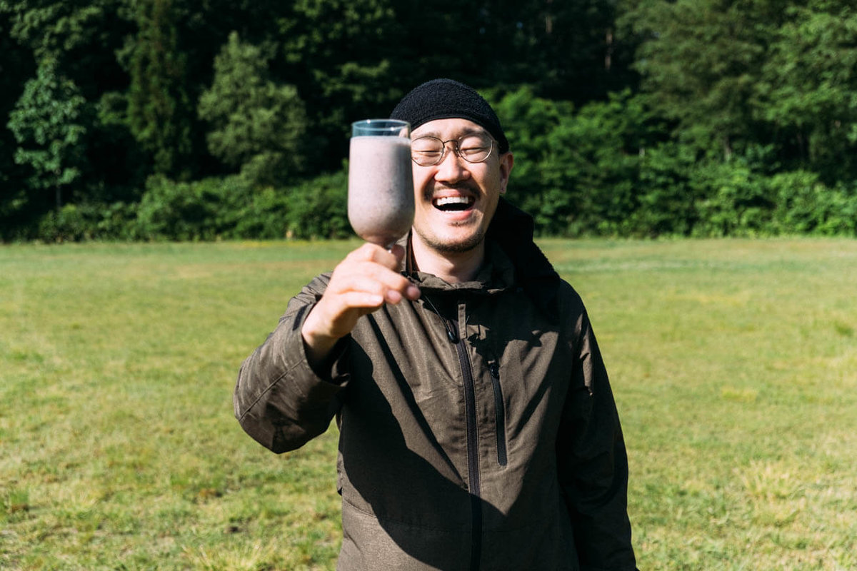 22_車中泊キャンプの調理道具とおすすめ調味料。ミキサーで作ったスムージーを手に持つ観音クリエイションさん