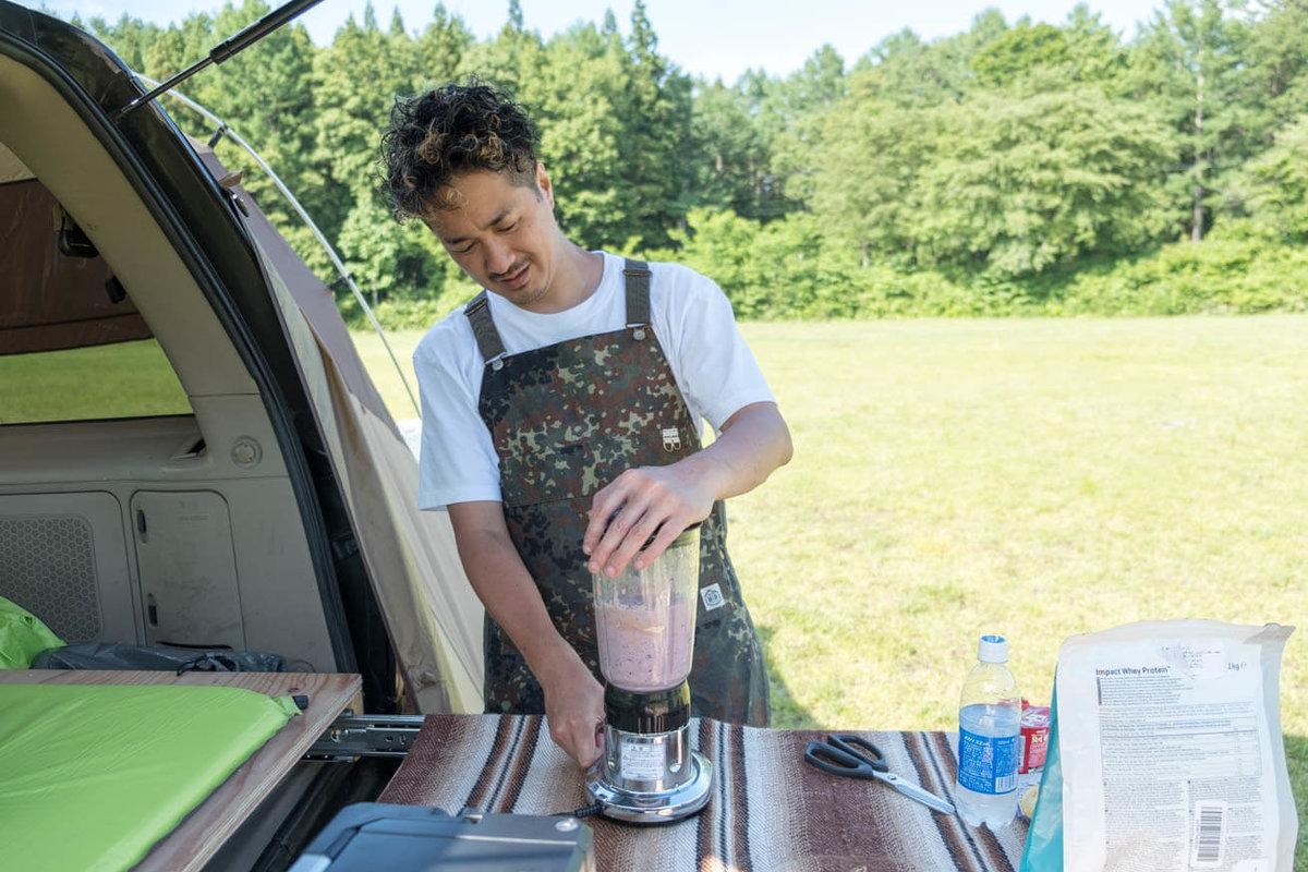 50_車中泊キャンプでバーベキュー。ミキサーでスムージーで作っているマメさん