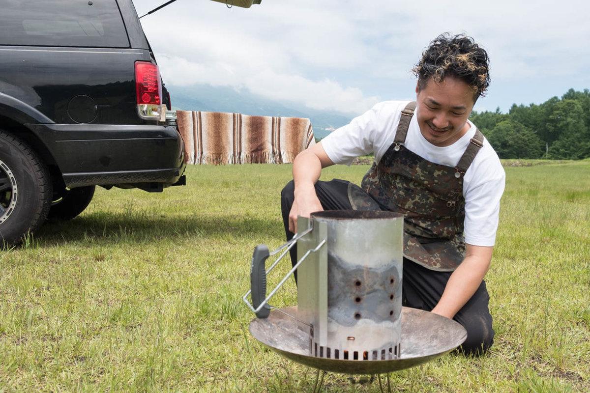 08_車中泊キャンプの調理道具とおすすめ調味料。焚き火台に点火キューブを置いて着火し、火起こし器を乗せたところ
