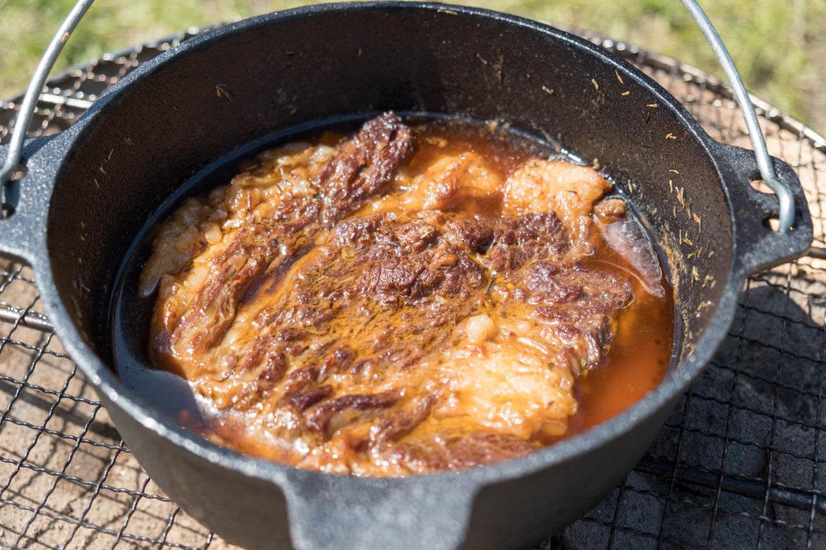 20_車中泊キャンプの調理道具とおすすめ調味料。ダッチオーブンでお肉を煮ているところ