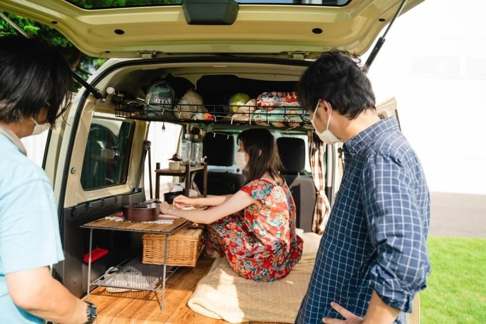 愛車のHonda「バモス ホビオ」の車内でくつろぐキャンプ女子・森 風美さん