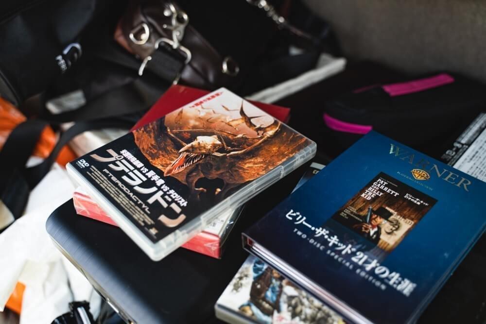 車中泊漫画家・井上 いちろうさんの愛車、スズキ「エブリイワゴン」に積まれているDVDソフト