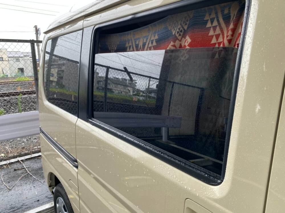 カーテンを閉めた状態のキャンプ女子・森 風美さんの愛車、Honda「バモス ホビオ」