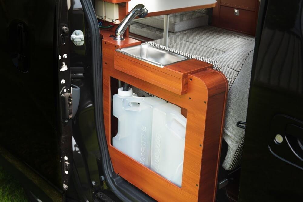 日産「NV200バネット」の車内