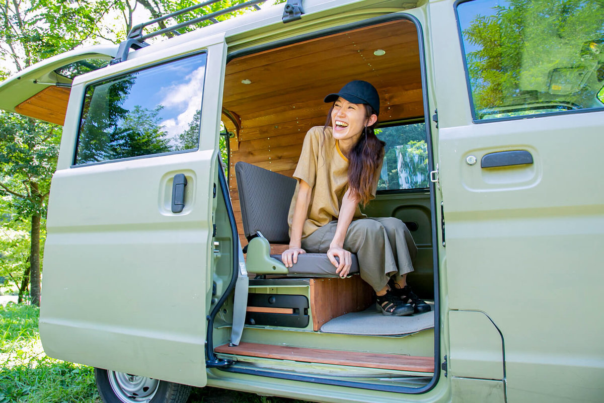 三沢真実さんのおしゃれ軽バンはスズキ・エブリイ。カスタムした内装とDIYペイントした車体が特徴的