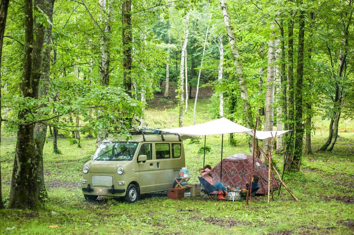 8 レトロなカスタムカー。キャンプコーディネーターの三沢真実さん。スズキのエブリイをピコットに改造。おしゃれな車で車中泊し、森の中で親子でキャンプを楽しむ