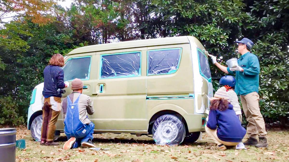 9 レトロなカスタムカー。キャンプコーディネーターの三沢真実さん。友人と一緒に車にセルフペイントしているところ