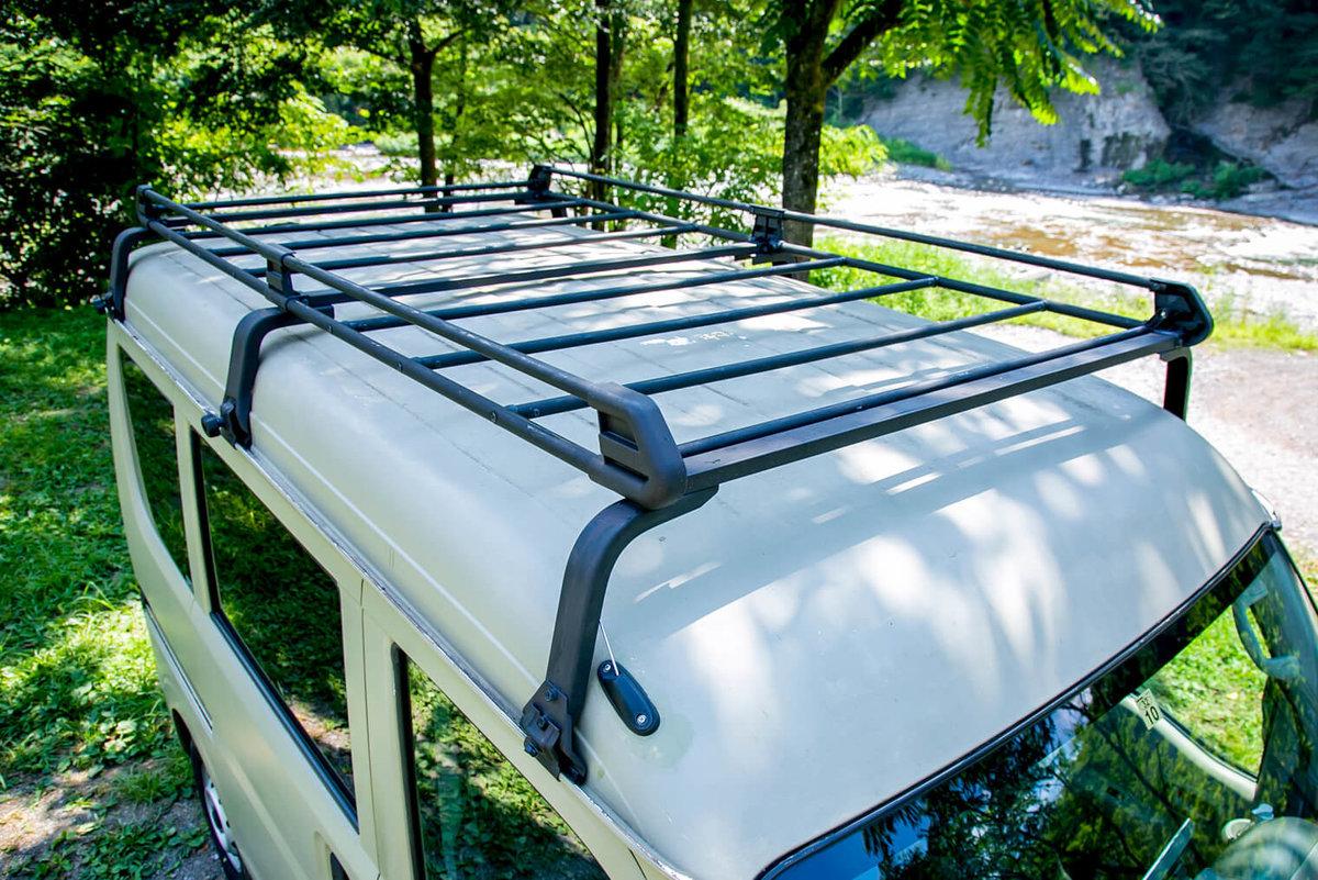 11 レトロなカスタムカー。キャンプコーディネーターの三沢真実さん。スズキのエブリイをピコットに改造。車のルーフラック