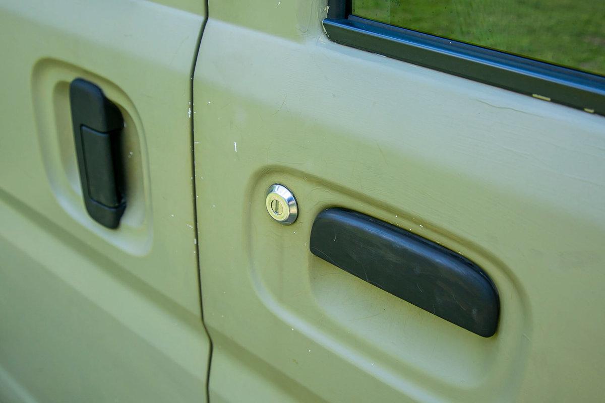 12 レトロなカスタムカー。キャンプコーディネーターの三沢真実さん。スズキのエブリイをピコットに改造。車のボディ、ドアのところのアップ