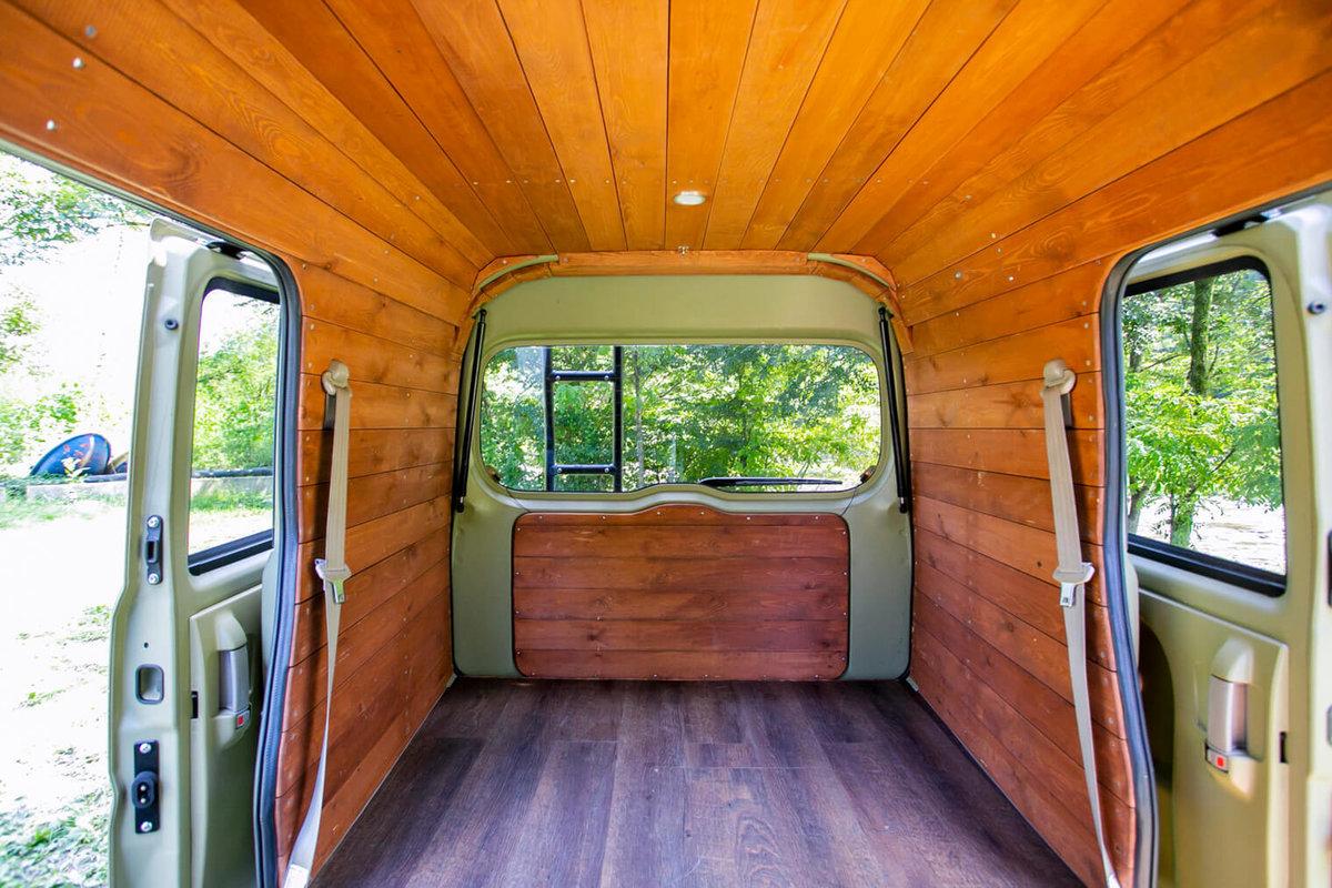 13 キャンプコーディネーターの三沢真実さんのオシャレなバンライフ仕様(板張り)のクルマの車内。スズキのエブリイをピコットに改造。天井も壁も板張りの車内、運転席側から見たところ。リアゲートの内側も板張り