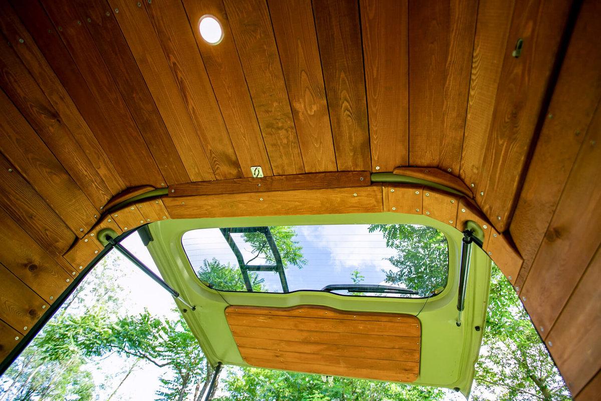 14 レトロなカスタムカー。キャンプコーディネーターの三沢真実さん。デザインユニットのCielBleu(シエルブルー)に施工を依頼し、内装をおしゃれな板張りに改造