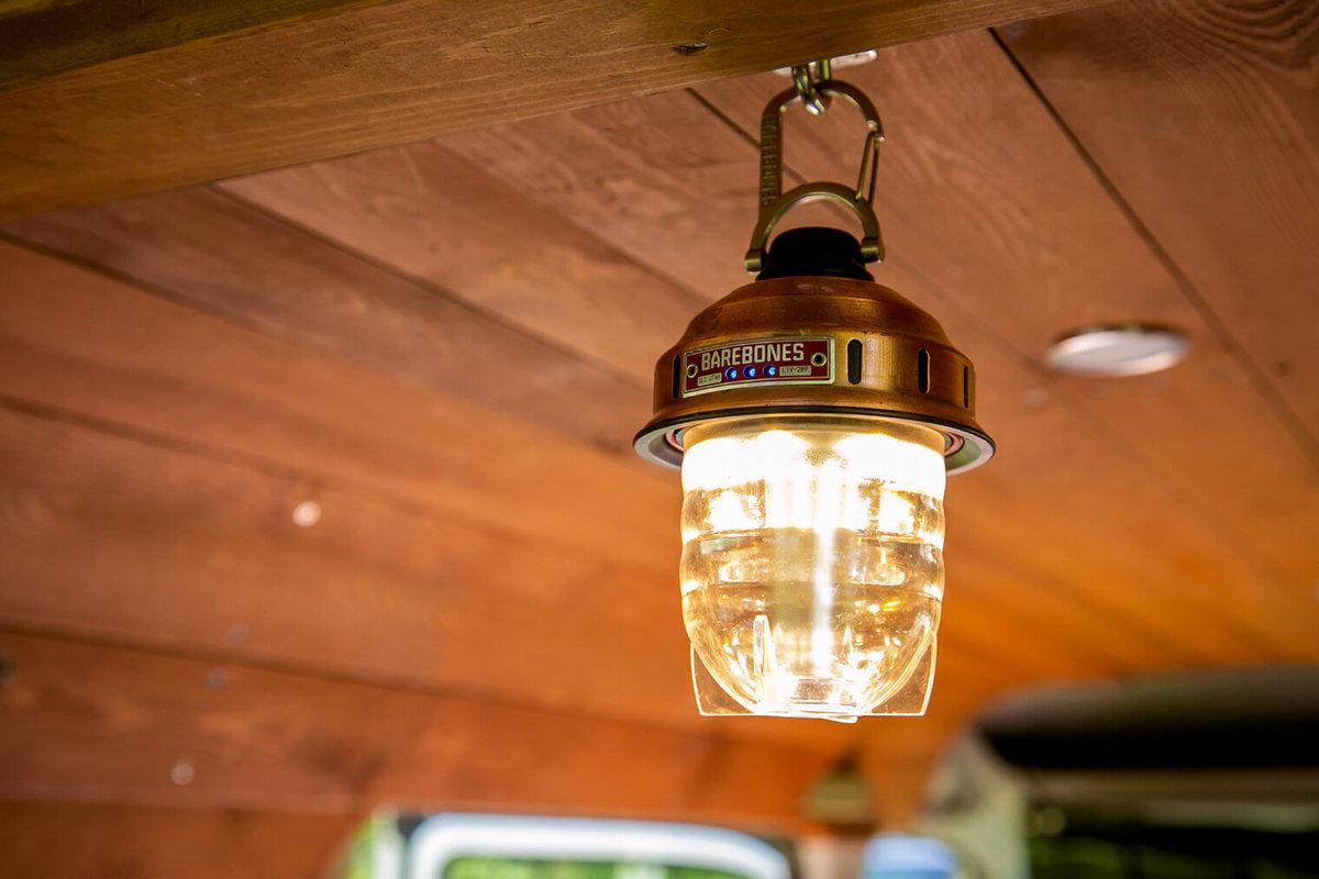 15 レトロなカスタムカー。キャンプコーディネーターの三沢真実さん。天井のフックにBarebones(ベアボーンズ)のランタンを吊るす