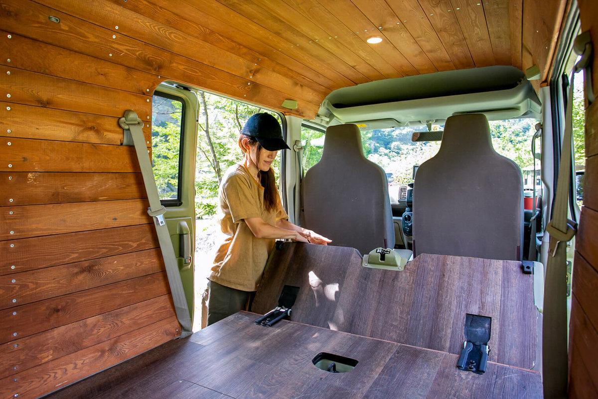 三沢真実さんのカスタムしたおしゃれ軽バン、スズキ・エブリイの内装。Cielbleu(シエルブルー)にオーダーし、板張りで統一