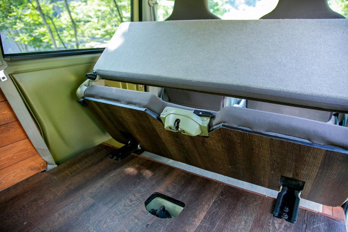 19 レトロなカスタムカー。キャンプコーディネーターの三沢真実さん。座席の裏にも木目調シールが貼ってある