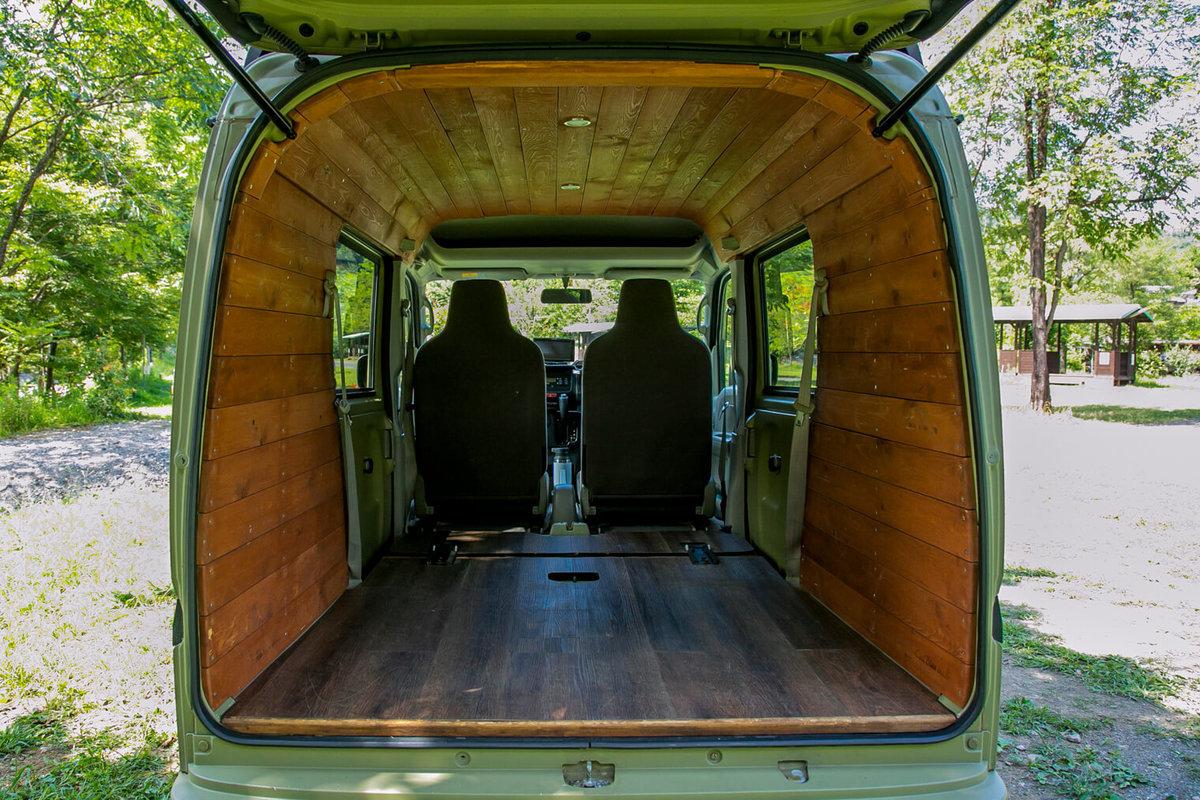20 レトロなカスタムカー。キャンプコーディネーターの三沢真実さん。おしゃれなバンライフ仕様の車内は天井と壁が板張りになっている